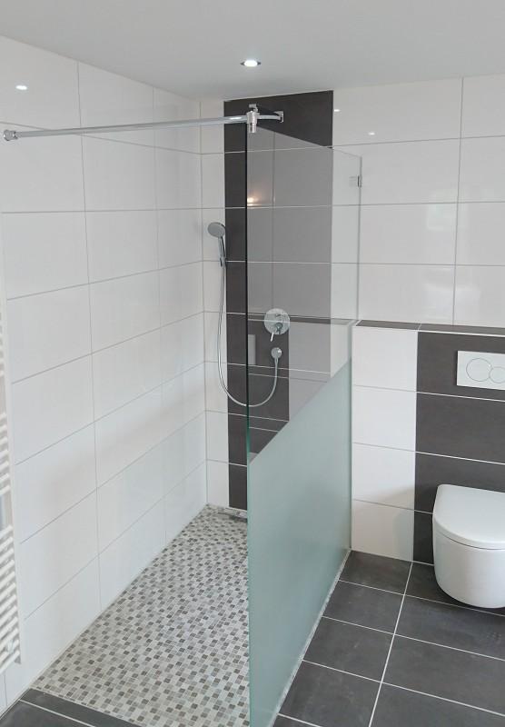 Begehbare Dusche aus Glas