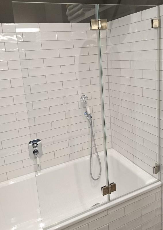 Badewanne mit einem Wannenaufsatz aus Glas