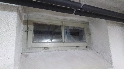 Reparaturverglasung eines Kellerfensters